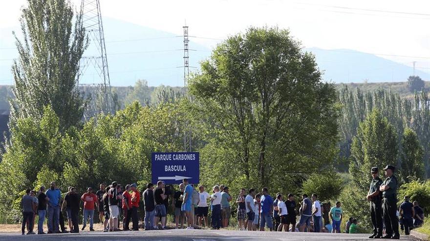 Mineros de Astur Leonesa pasan la noche encerrados en el Parlamento asturiano