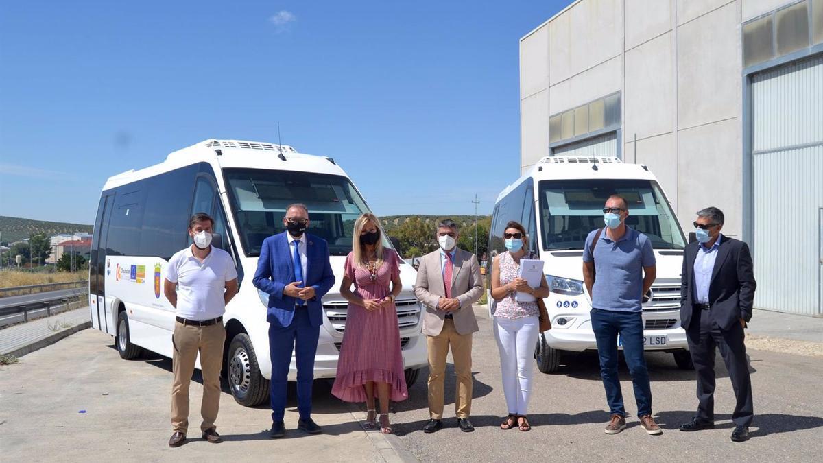La Diputación entrega al Ayuntamiento de Bujalance dos microbuses de biodiésel, por valor de 258.066 euros, para el transporte público colectivo de viajeros.