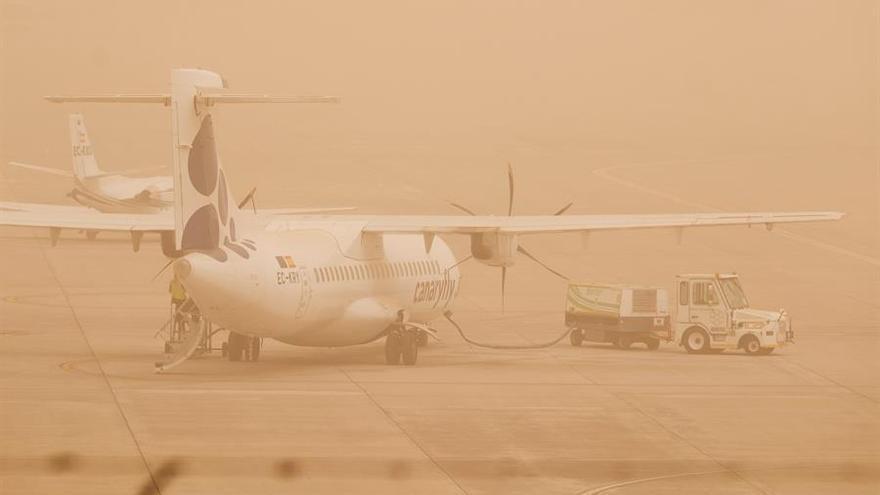 Dos aviones permanecen aparcados en el aeropuerto de Gran Canaria, que ha vuelto a quedar este domingo inoperativo por el fuerte viento y la densa calima que afectan a Canarias, y no prevé aceptar operaciones hasta las 20.00 horas