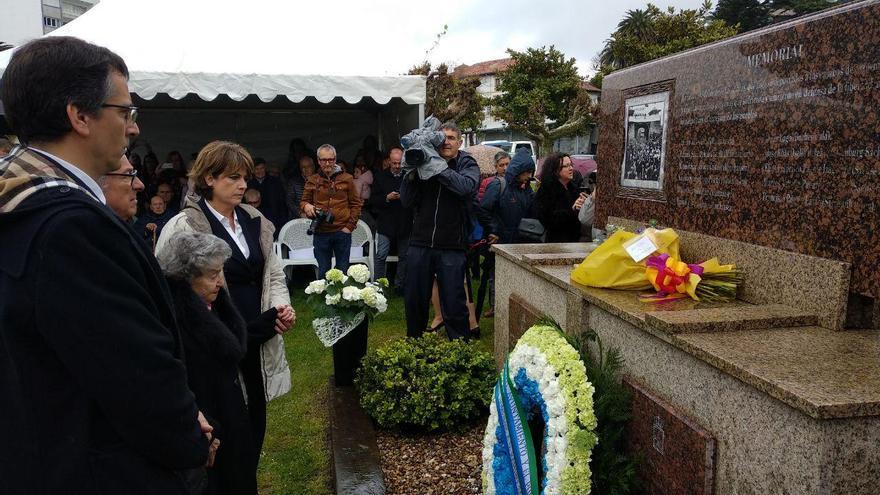 La ministra de Justicia junto a la familia de Ramiro Santisteban en su homenaje en Laredo. | R.A.