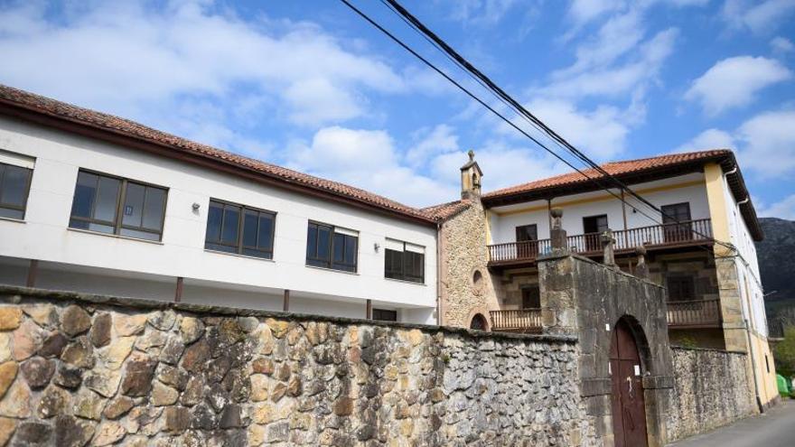 Vista del convento de la Congregación de la Divina Pastora, en la localidad cántabra de San Felices de Buelna donde se quedan a dormir personal de la residencia Cadmasa. EFE/Pedro Puente Hoyos