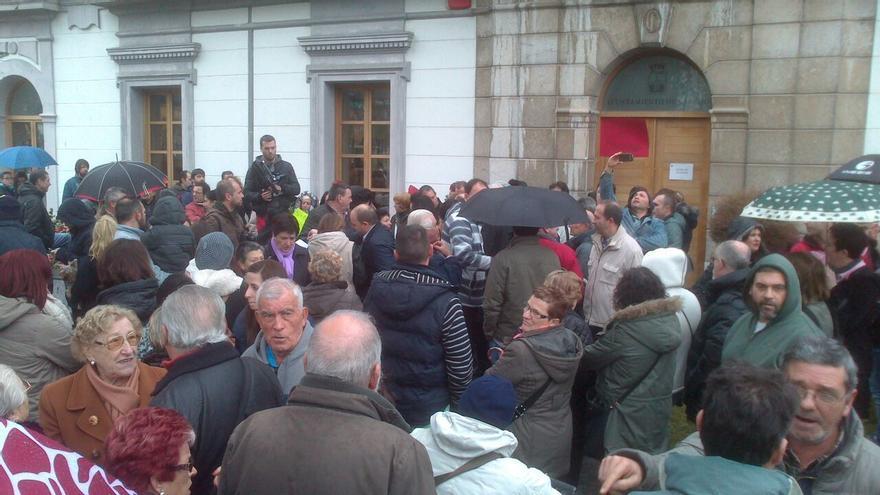 Unos 350 ciudadanos se han manifestado a las puertas del Ayuntamiento de Laredo por el proceso seguido para la contratación de 92 personas.