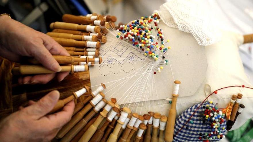 """Las """"palilleiras"""", artesanas que realizan encaje durante una edición de la Muestra del Encaje, en la localidad coruñesa de Camariñas."""