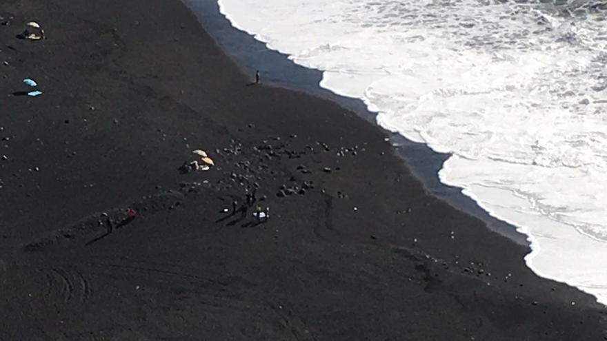 Momento del rescate de la mujer que ha fallecido ahogada este martes en la playa de Tazacorte. Foto: LA PALMA AHORA.