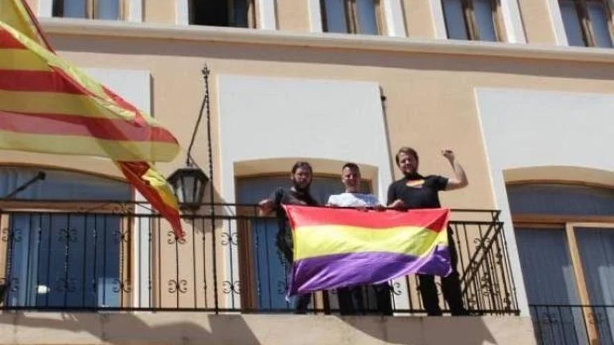 Imagen de la bandera republicana en el balcón del Ayuntamiento de Xeraco