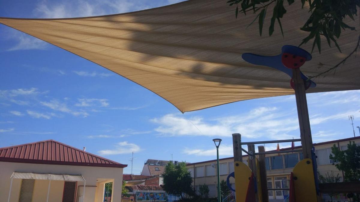 Uno de los toldos colocados por la AFA del Lope de Vega que la Junta de Carabanchel ha hecho retirar