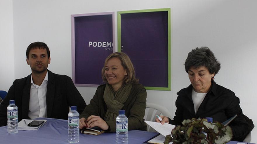 El secretario regional de Podemos Álvaro Jaén, con las diputadas Victoria Rosell (centro) y Amparo Botejara