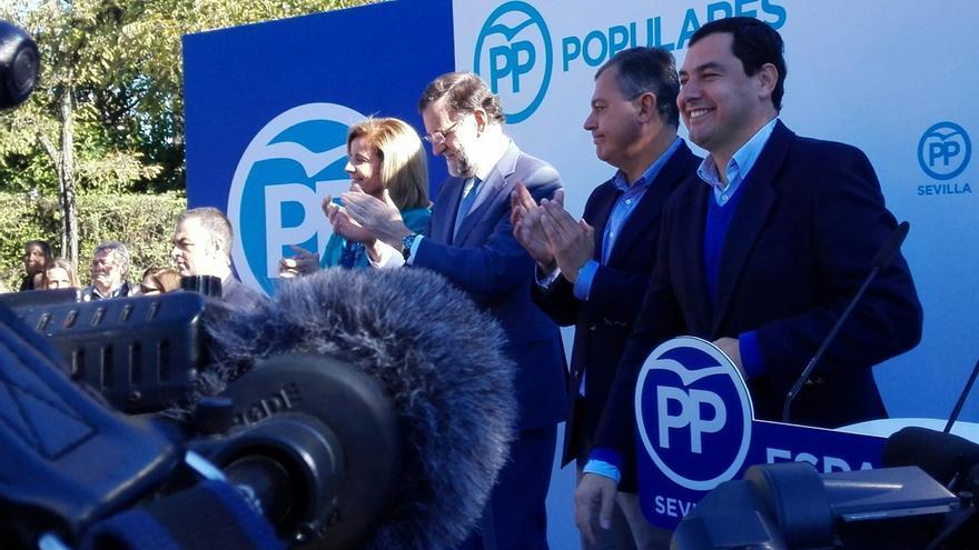 """Rajoy agradece el """"detalle"""" de las mujeres que le llaman """"guapo"""" en Sevilla y visita la peña del Betis"""