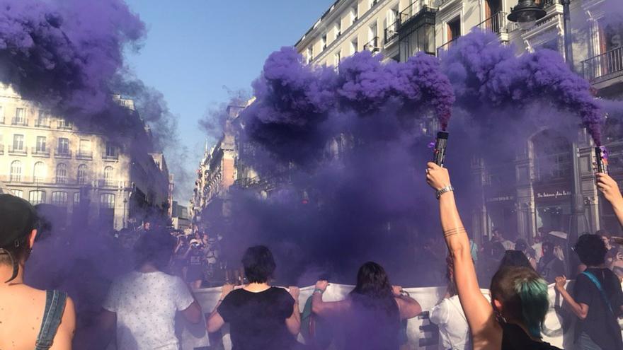 Imagen del momento en el que la Puerta del Sol se ha teñido de morado