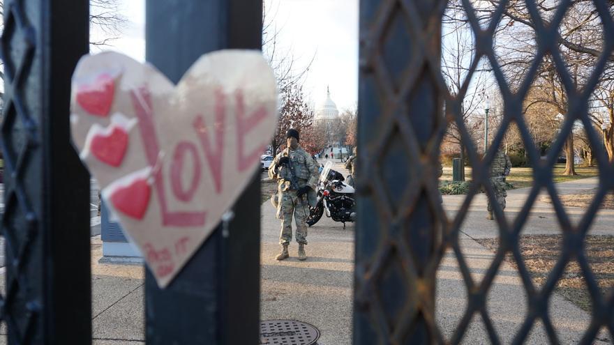 Nervios, pocas protestas y aplausos en la distancia en una investidura inédita en Washington