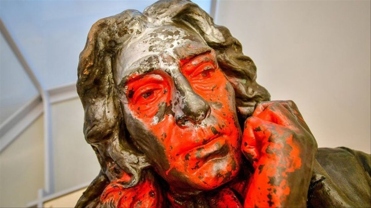 La escultura de Edward Colston cubierta de pintura roja