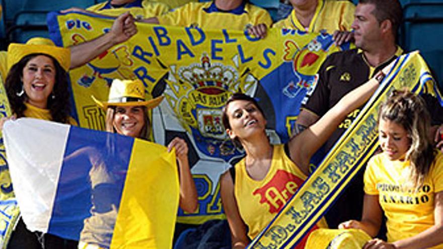 Aficionados amarillos, en las gradas del Helmántico, este domingo. (ACFI PRESS)