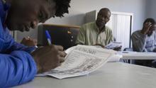 Solicitantes de asilo en clases de español impartidas por CEAR en Madrid.