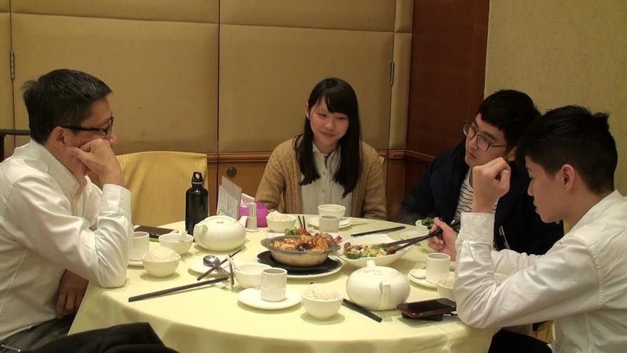 Agnes Chow, una de las cofundadoras de Demosisto, junto a Alex Chow y Lester Shum, y a la izquierda, Chan/ Foto: Mar Llera