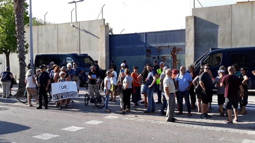 Protesta ante el CIE de Zapadores, en Valencia.