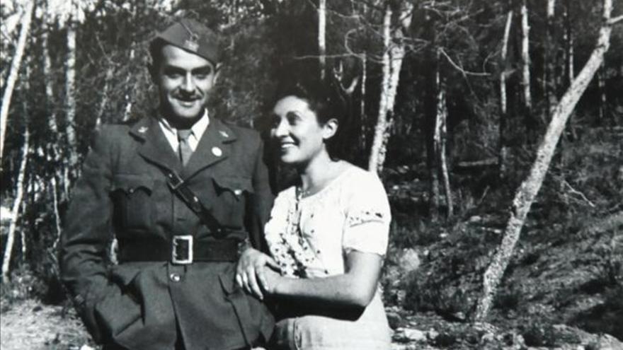 Un soldado que podría ser el autor de las fotografías del denominado 'Fons Argelers', acompañado de una mujer identificada como Maria Fabregat. FONS ARGELERS