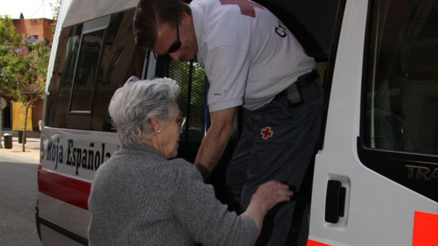 Una mujer entra en un vehículo adaptado de Cruz Roja.