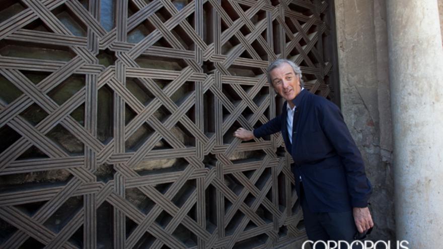 Rafael De La-Hoz, junto a la celosía de la Mezquita que diseñó su padre | MADERO CUBERO