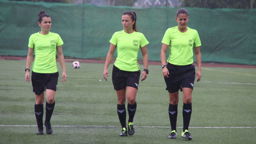 Marta Huerta, Belinda García y Xiomara Díaz sobre el terreno de juego