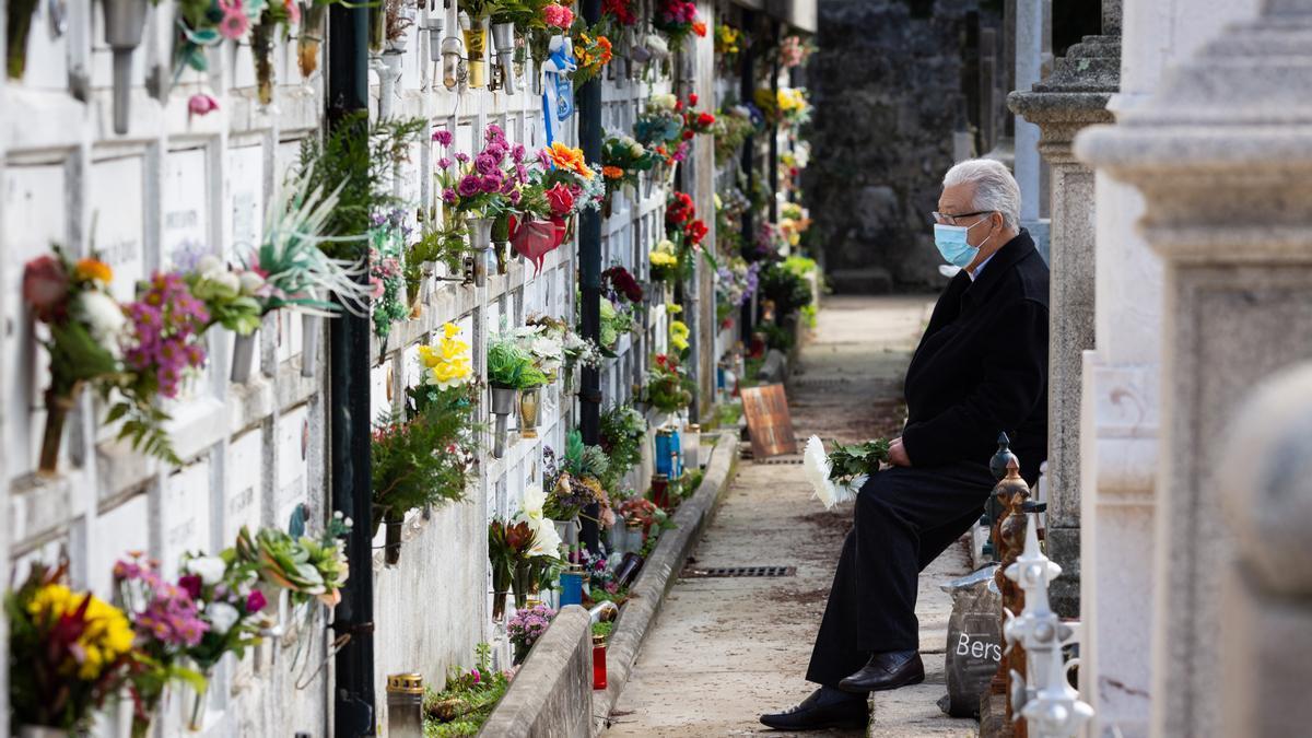 Un hombre con mascarilla en un cementerio / DIOGO BAPTISTA / ZUMA PRESS / CONTACTOPHOTO
