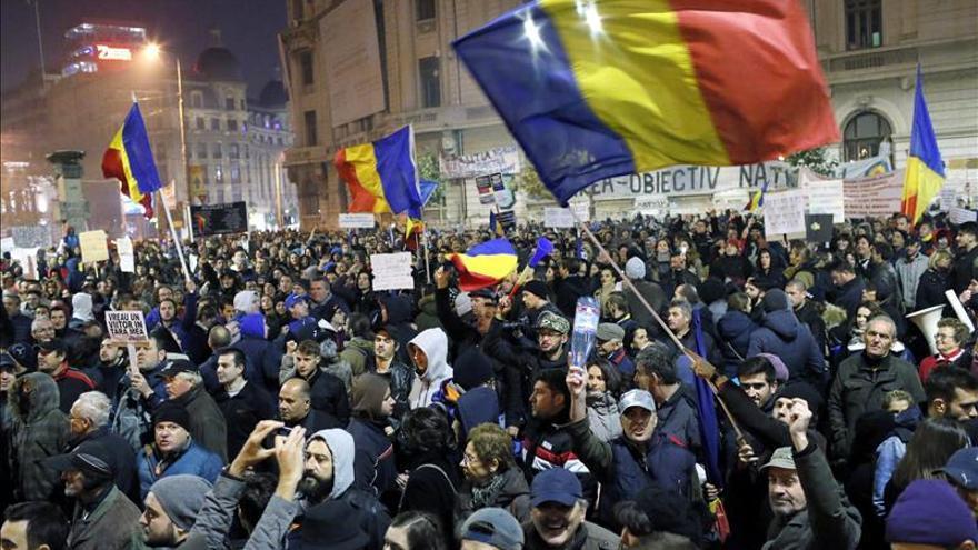 Miles de rumanos se manifiestan por cuarto día en Bucarest contra la corrupción
