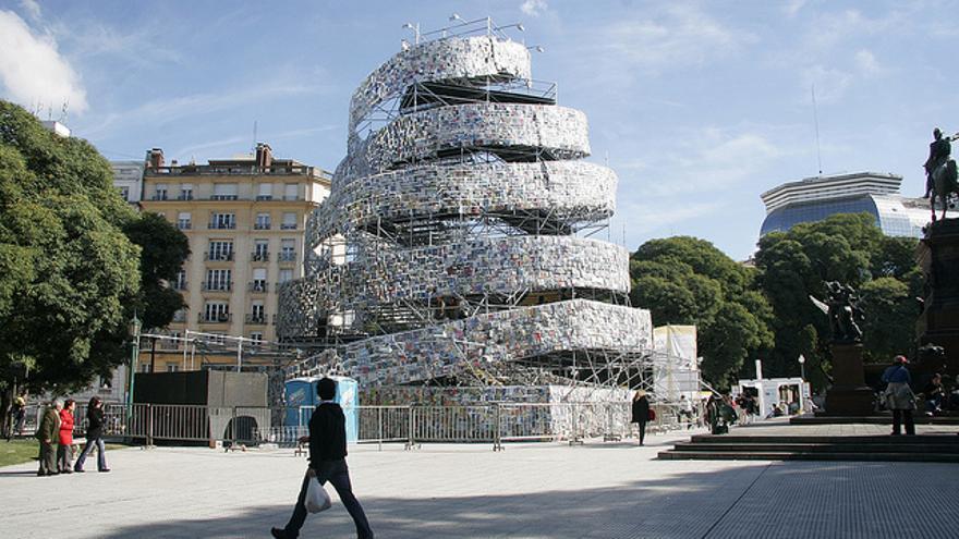 Torre de Babel levantada formada por libros en distintos idiomas levantada en Buenos Aires (Foto: Gobierno de la Ciudad de Buenos Aires   Flickr)