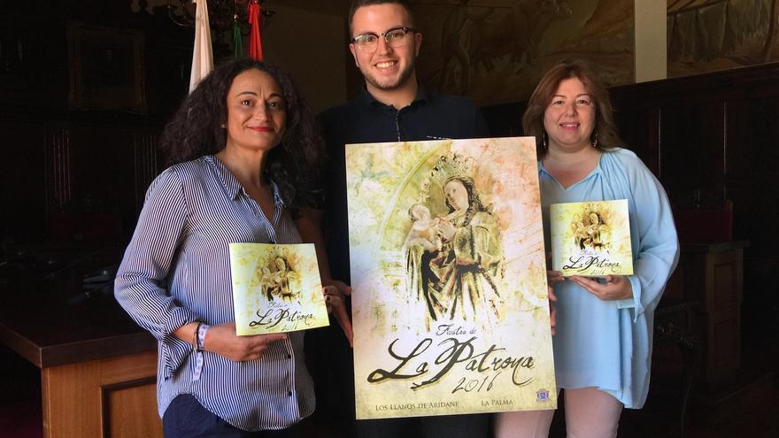 Las concejales de Fiestas y Cultura del Ayuntamiento de Los Llanos de Aridane junto al joven ganador del concurso del cartel de las Fiestas Patronales.