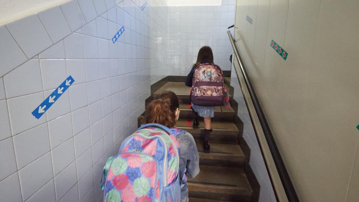 En el primer día de colegio del curso escolar 2020-2021, niños entran al Colegio Público Víctor Pradera en Pamplona, Navarra (España), a 4 de septiembre de 2020