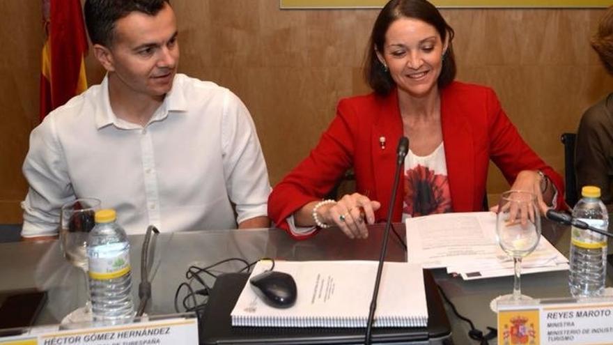 Héctor Gómez, responsable de Turespaña, junto a la ministra de Industria y Turismo, Reyes Maroto
