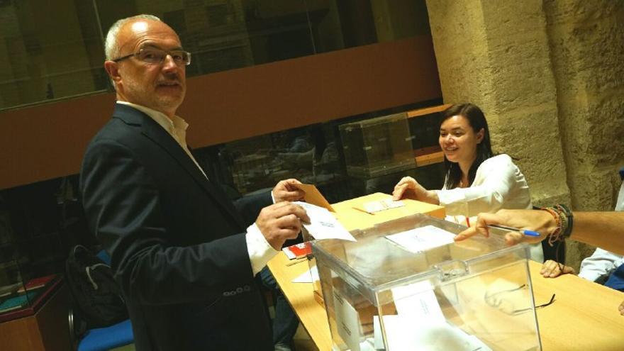 Antonio Montiel (Podemos) votando en Valencia.