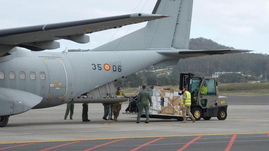 Avión militar fletado por el Ministerio de Sanidad para llevar material médico a Canarias
