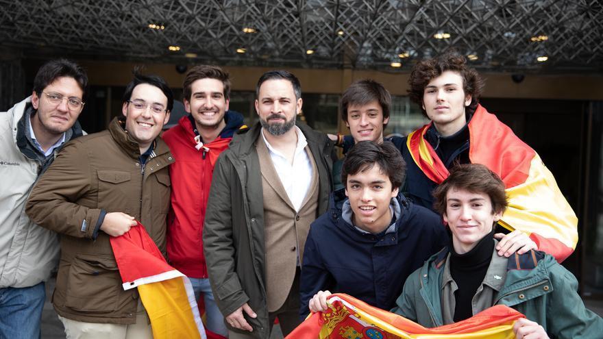 Santiago Abascal con unos jóvenes en la manifestación de Colón