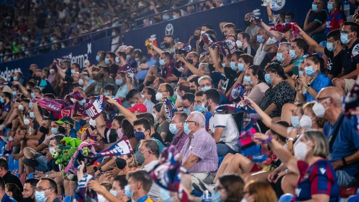 Público en un partido del Levante UD en el estadio Ciutat de València.