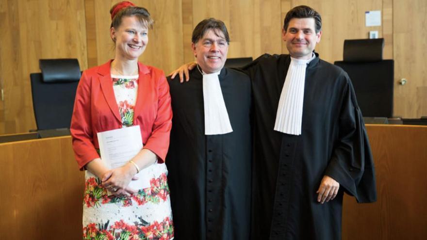 La abogada Marjan Minnesma celebra la sentencia contra el Gobierno holandés.