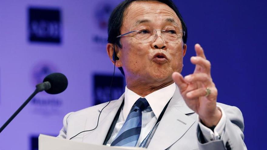 Número dos del Gobierno nipón bromea con accidente del avión de Kim Jong-un