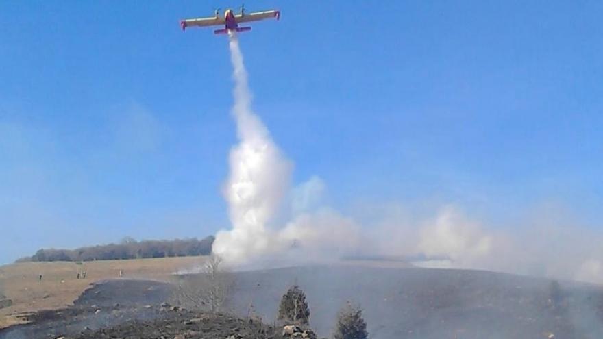 Activos 23 de los 39 incendios provocados en Cantabria desde la tarde del viernes