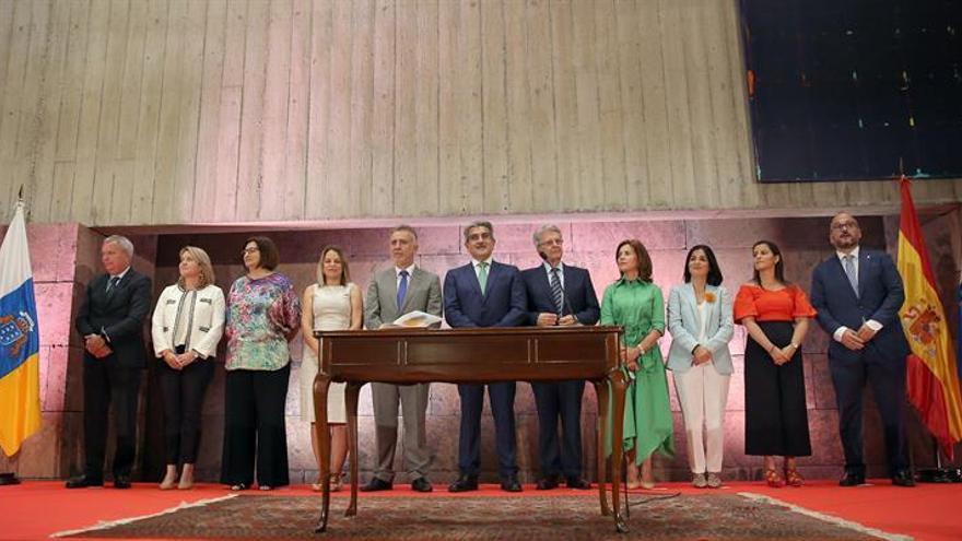 El presidente de Canarias, Ángel Víctor Torres (c), posa con los nuevos consejeros del Gobierno de Canarias tras la toma de posesión.