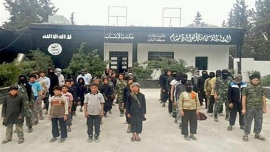 Niños formados en un centro escolar de Raqqa controlado por ISIS