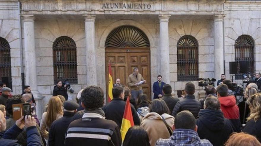 El diputado de Vox Ortega Smith leyendo el manifiesto de la convocatoria de 'España Existe'