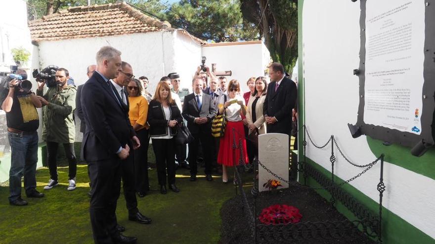 Ceremonia junto a la tumba de John Lee.