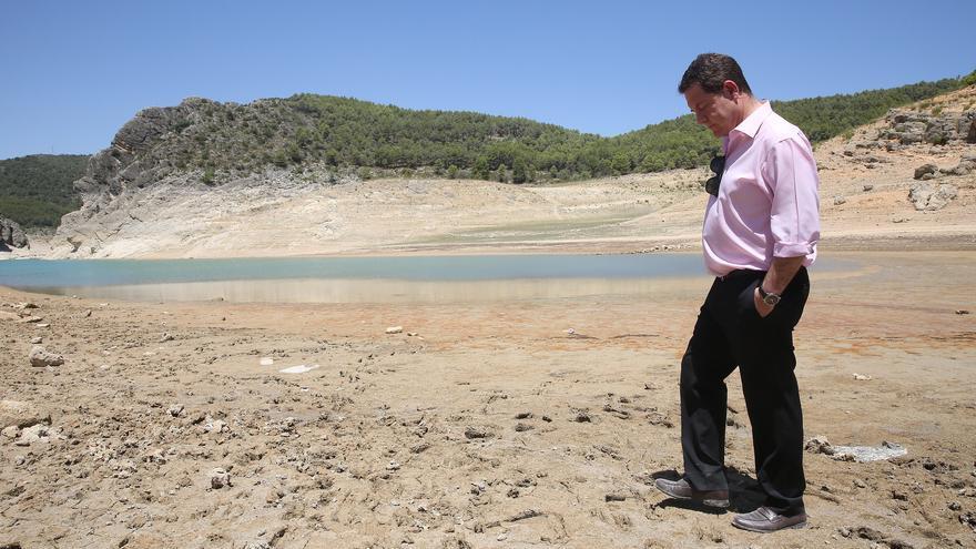 Emiliano García-Page, este miércoles, en un casi vacío embalse de Entrepeñas, en la cabera del Tajo