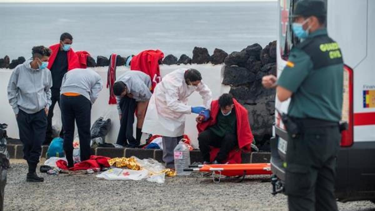 Migrantes llegados a la zona del Charco del Palo, en Lanzarote. (EFE)
