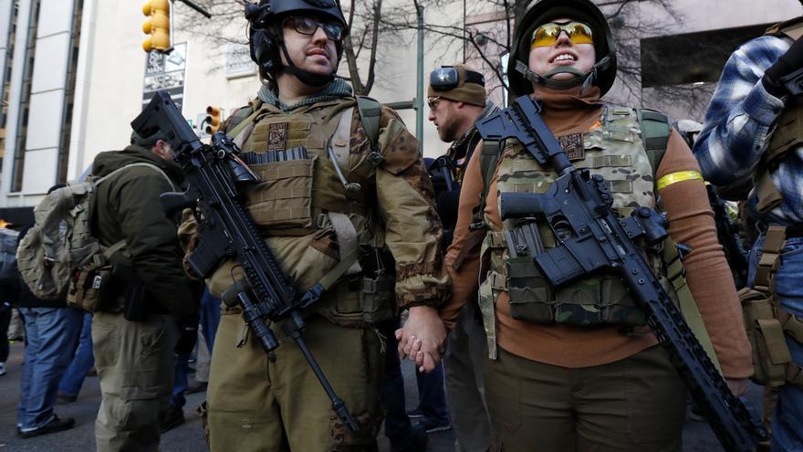 Manifestantes con fusiles se manifiestan en Virginia contra las leyes de control de armas.
