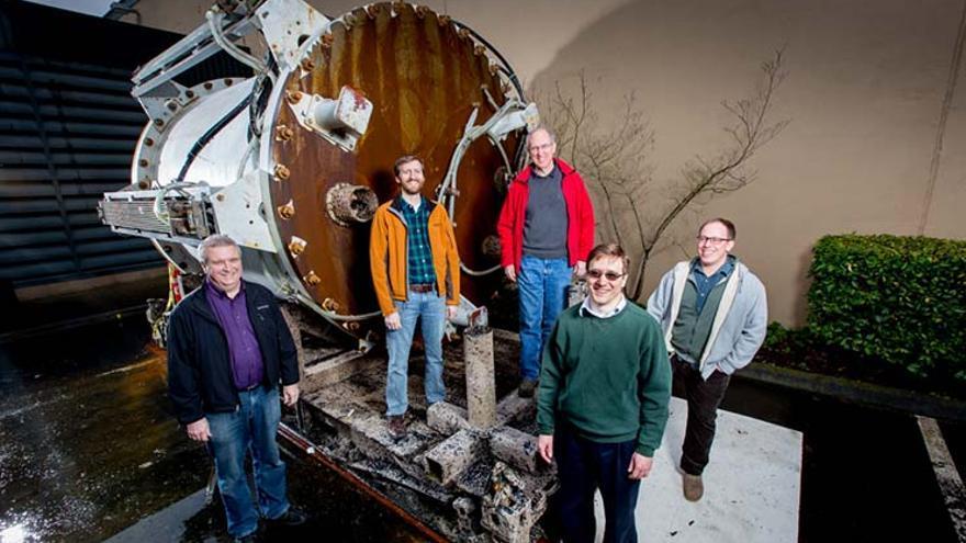 Algunos de los integrantes del Proyecto Natick. La foto corresponde a la cápsula utilizada en la primera fase del proyecto