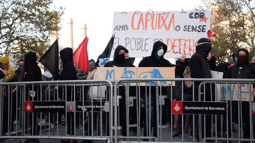 Los CDR, ante las vallas del cordón policial en Paral·lel (Barcelona) / Sonia Calvò