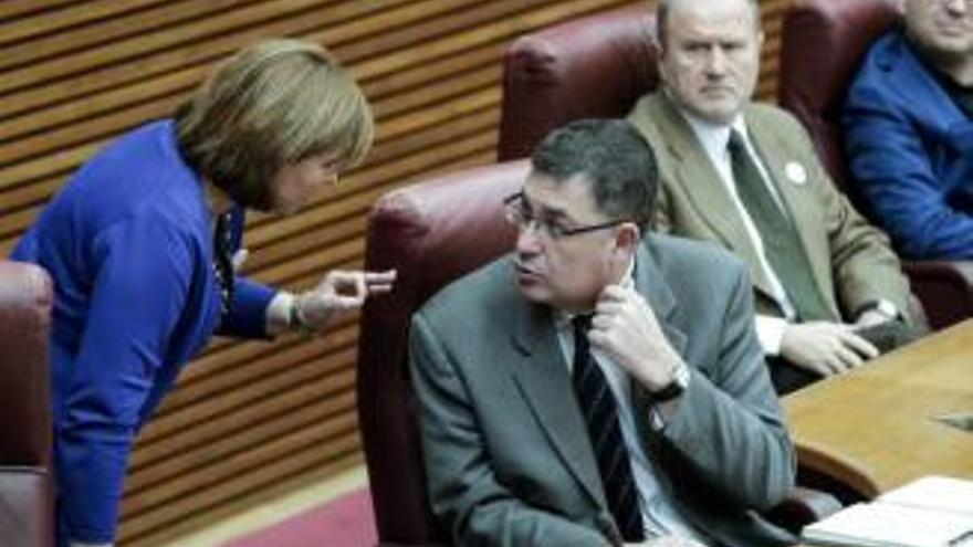 Isabel Bonig y Enric Morera durante un pleno en las Corts