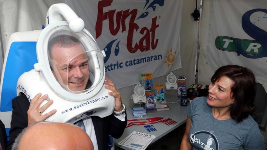 El alcalde de Las Palmas de Gran Canaria con una escafandra de buceo durante la visita que realizó a FIMAR.