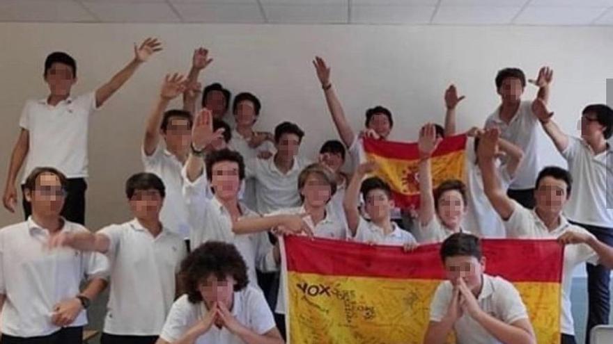 Grupo de alumnos del Colegio Aixa-Llaüt haciendo el saludo fascista