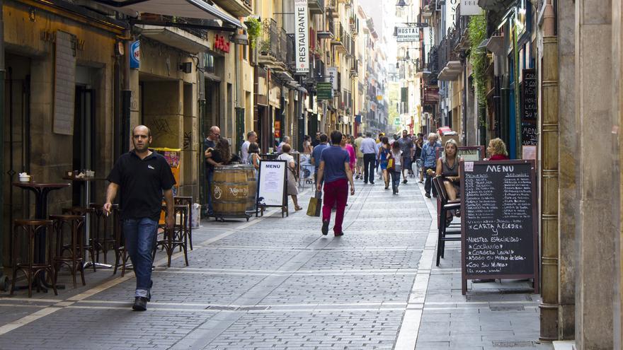 Paseando por el centro de Pamplona. Los edificios históricos se intercalan con la tabernas y los bares de pintxos. Viajar Ahora