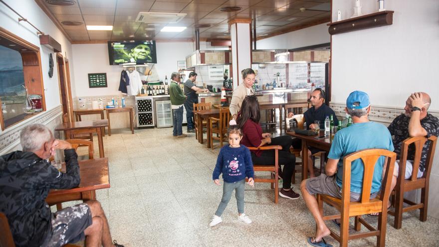"""Vecinos de la isla de La Graciosa han podido disfrutar este lunes del restaurante """"El Marinero"""", en Caleta de Sebo, en el primer día de la fase 2 de la desescalada."""